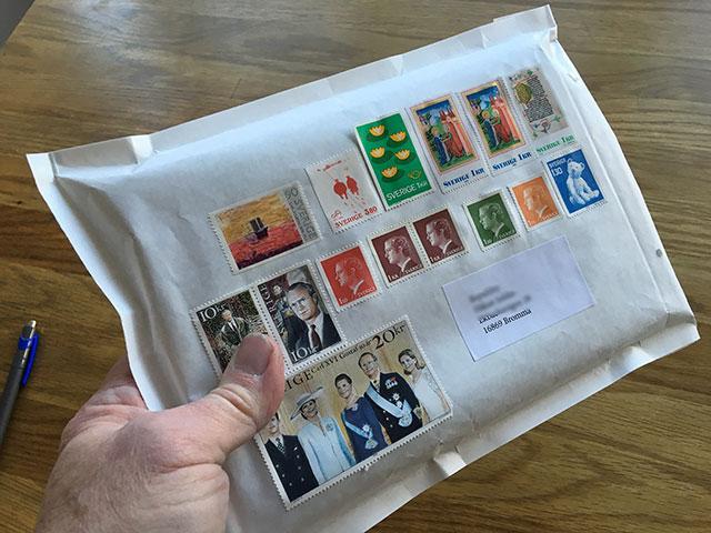Ett stämplat frimärke pryder sin plats
